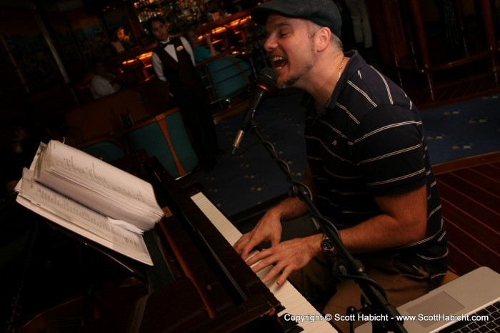 hWe left from dinner, and took up residence at our spot in the piano bar.